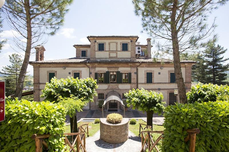 Mix de mancare, vin, arta si muzica in regiunea Marche, Italia